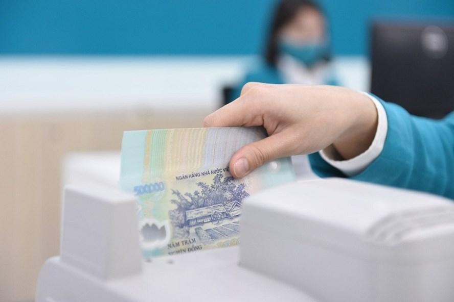 Ngân hàng sẽ miễn phí chuyển khoản đến Quỹ vaccine phòng COVID-19. Ảnh TL