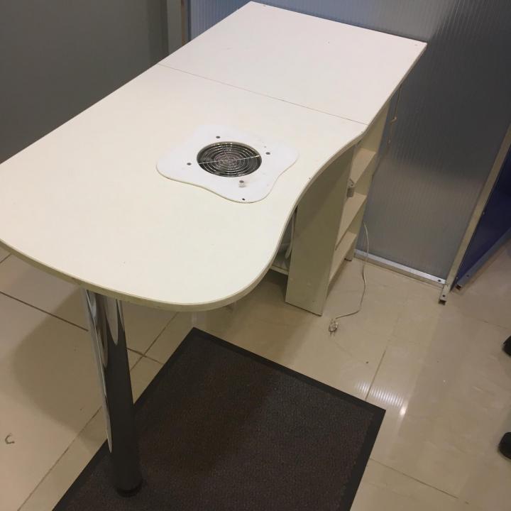 Маникюрный стол со встроенной втяжной системой