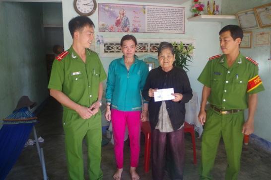 Tiểu đoàn Cảnh sát cơ động thăm và tặng quà các gia đình, người già neo đơn trên địa bàn đơn vị đóng quân