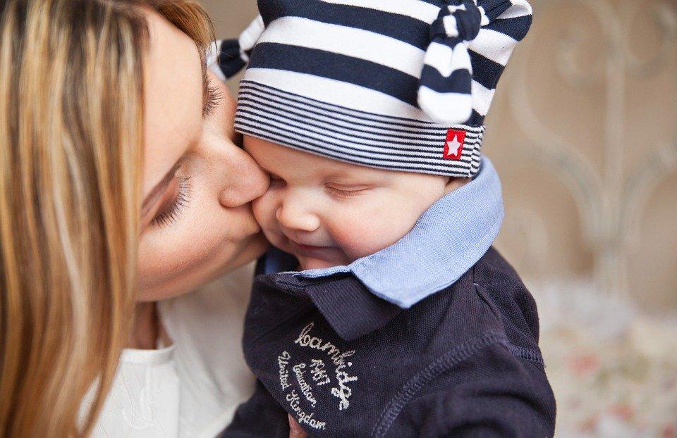 Bebé Con Mamá Beso De Madre - Foto gratis en Pixabay