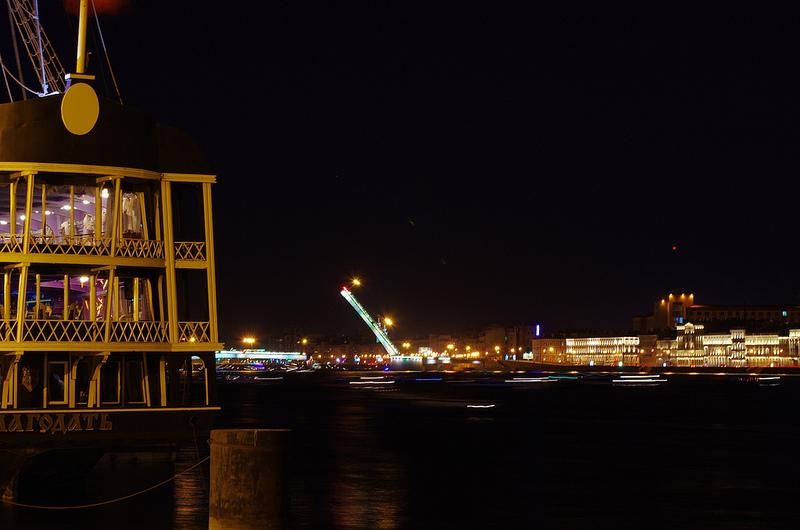вид на разведенный Литейный мост