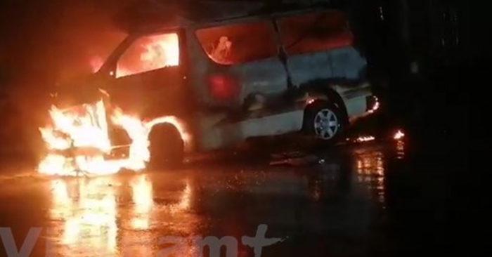 Xe cứu thương bốc cháy, một bé sơ sinh thương nặng được cứu ra ngoài