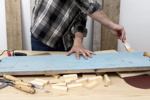 Homem pintando de frente com azul Foto gratuita
