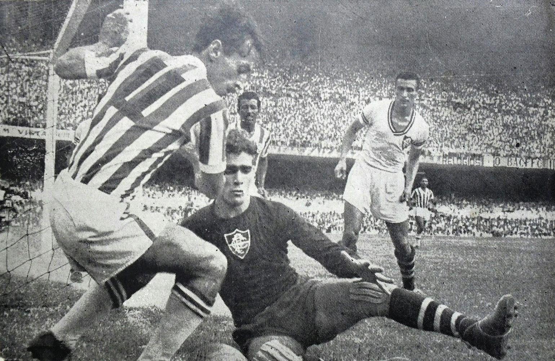 C:\Users\Carla\Desktop\Blog MULHERES EM CAMPO\Idolos Inesquecíveis\Lance do segundo jogo do Campeonato Carioca de 1951 entre Fluminense x Bangu  Foto de José Eustaquio.jpg
