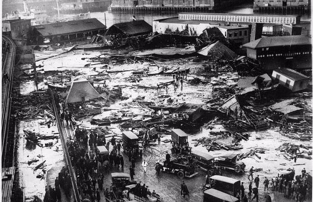 Затопление Бостона патокой 15января 1919 года звучит как дурная шутка, ноэто абсолютно реальное событие. Огромный резервуар спатокой надесять миллионов литров лопнул, ичетырёхметровая волна вязкой жидкости хлынула вгород. Погиб 21 человек, ещё 150 пострадало. Окончательное очищение улиц заняло несколько лет.