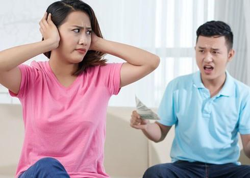 Chồng chấp nhặt vợ từng câu nói, rồi mang ra chì chiết