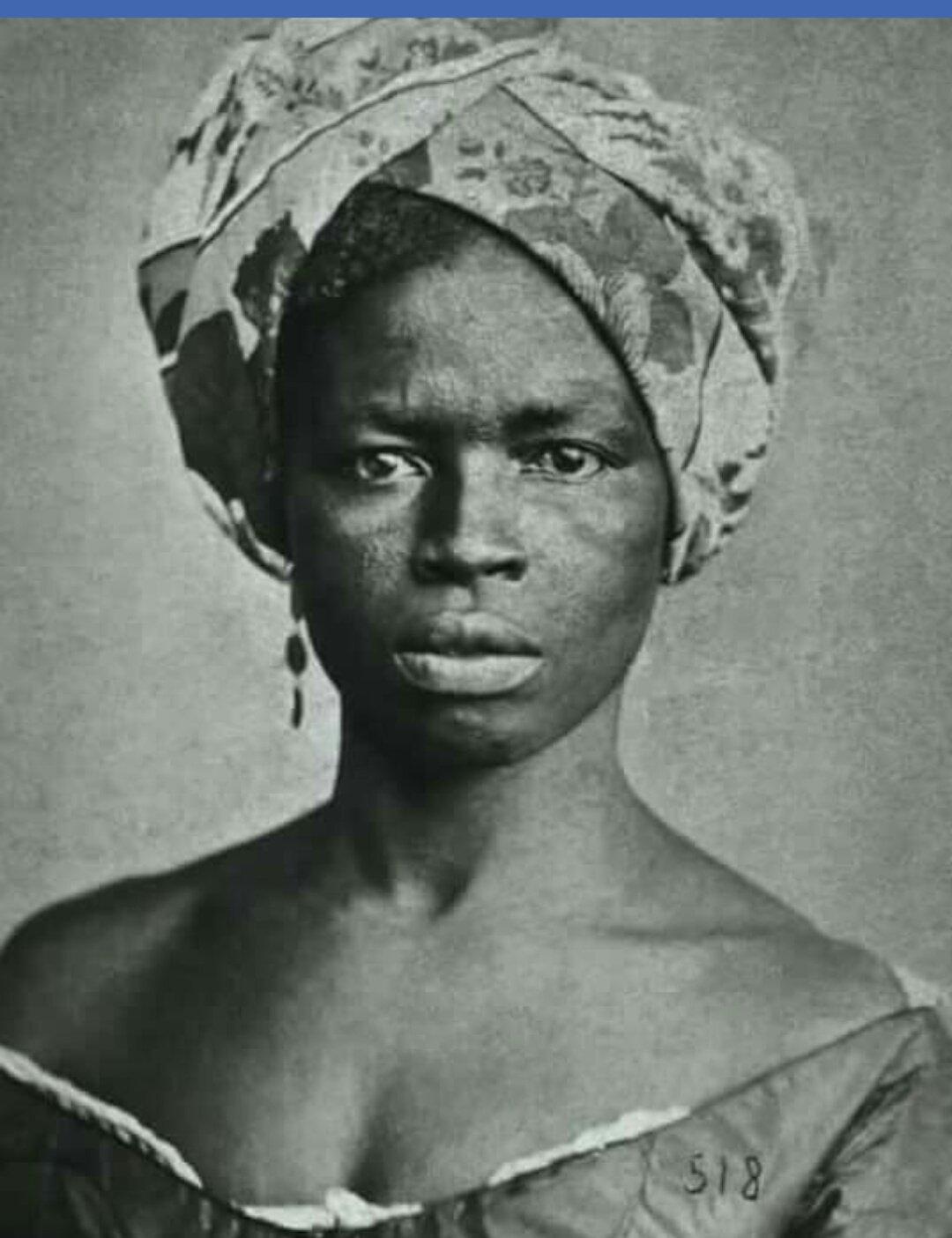 Imagen en blanco y negro de una persona  Descripción generada automáticamente