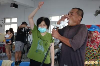 為了解麥寮六輕對居民身體影響,彰化縣大城鄉台西村今天舉辦抽血、驗尿與肺功能測試。(記者劉曉欣攝)
