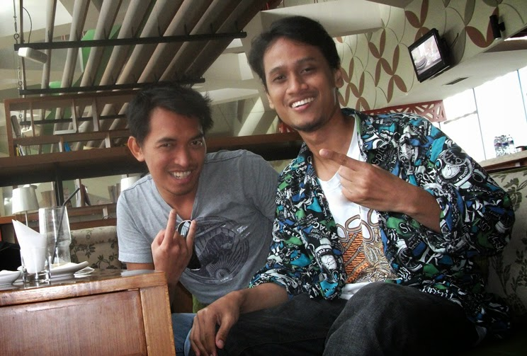 Akhirnya ketemuan setelah 14 tahun lebih. The Library Café, Gramedia Expo, Surabaya. 11 September 2010.