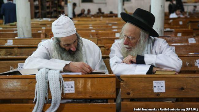 """Хасиды в синагоге, еврейский Новый год (""""Рош а Шана"""") в Умани, Украина"""