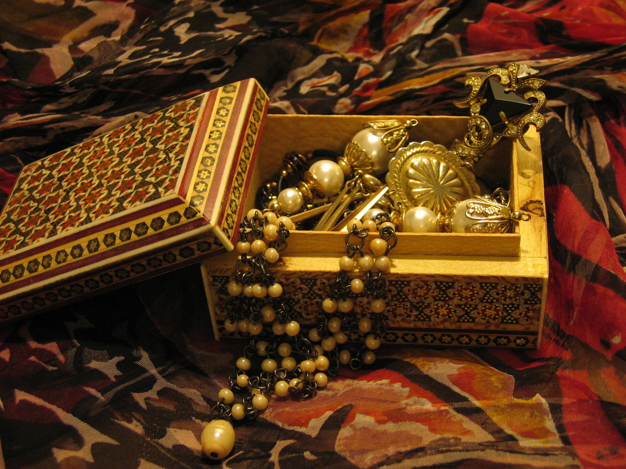 oriental-jewel-case-1422704-1280x960.jpg