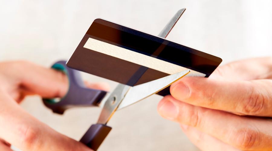 Destruyendo tarjetas bancarias