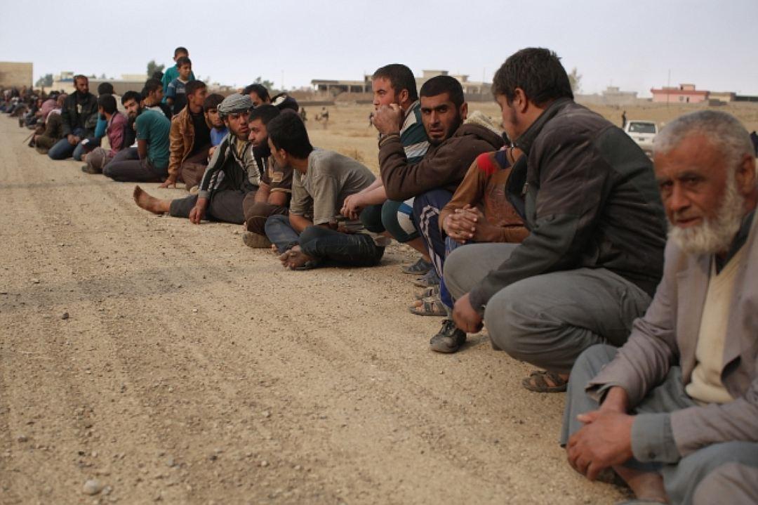 Колонны беженцев выбираются из Мосула самостоятельно, гуманитарных коридоров просто нет Фото: Александр КОЦ, Дмитрий СТЕШИН