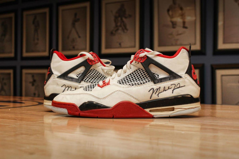 Giày bóng rổ có chữ ký của người chơi Air Jordan 4, ước tính rơi vào khoảng 25.000-30.000 USD