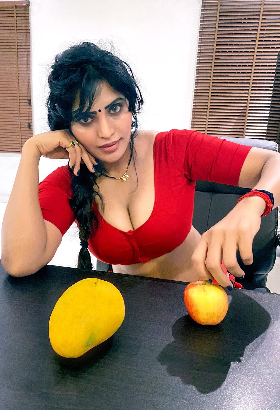 Anukriti Govind Sharma Saree Navel