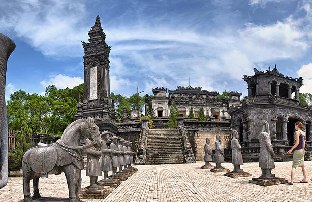 http://phongbanve.vn/public/uploads/images/images/lang-khai-dinh-hue.jpg