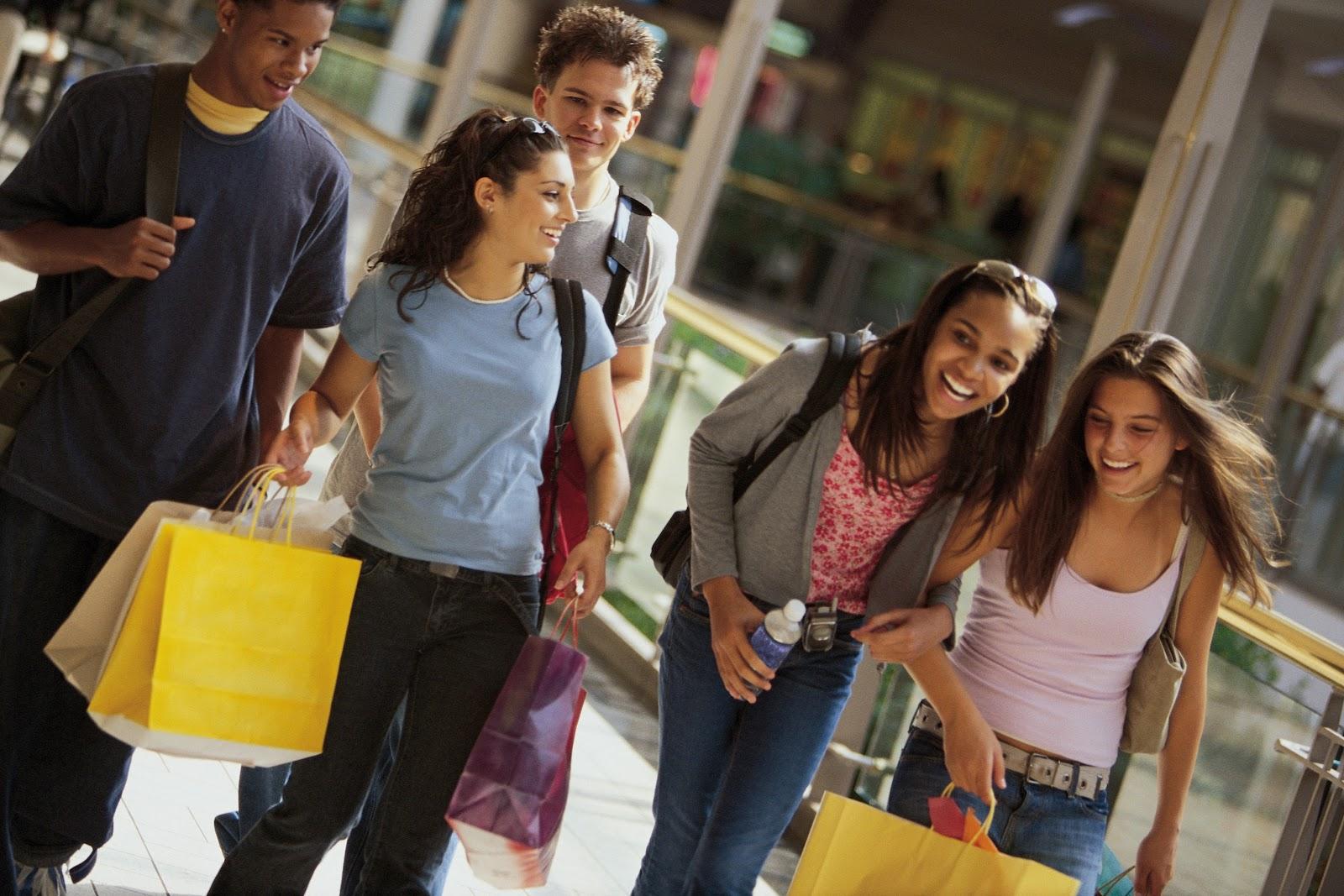 Vários jovens com sacolas após fazerem compras na Black Friday em Orlando.