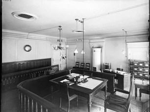 Interiör från Kungliga poliskammarens sessionssal på Myntgatan 4,1 tr, År 1896, fotograf okänd. Bilden finns på Stadsmuseet.