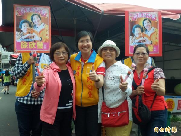 民國黨主席徐欣瑩今早深入竹北市等鄉鎮市傳統市場,向買菜的婆婆媽媽和女攤商預祝「母節親快樂」!(記者廖雪茹攝)