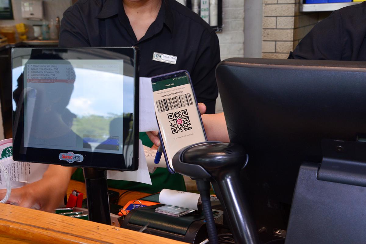 Có Ví MoMo, thanh toán chỉ cần nghe tiếng píp - thế là xong đã các khách hàng khác tại cà phê Phúc Long ấn tượng và tò mò
