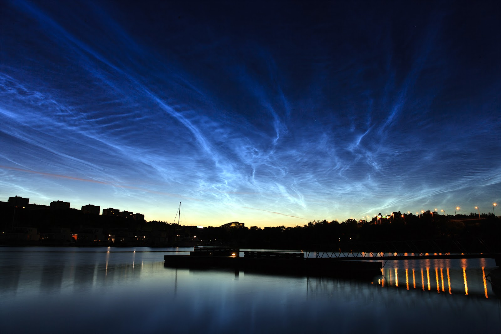 Noctilucent_clouds_over_Stockholm.jpg