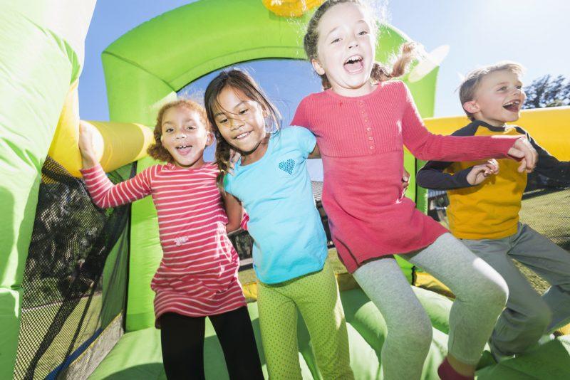 حفلة بيت قفز للأطفال