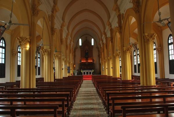 Ghế nhà thờ sử dụng tại không gian nhà thờ hoặc tại nhiều gia đình công giáo