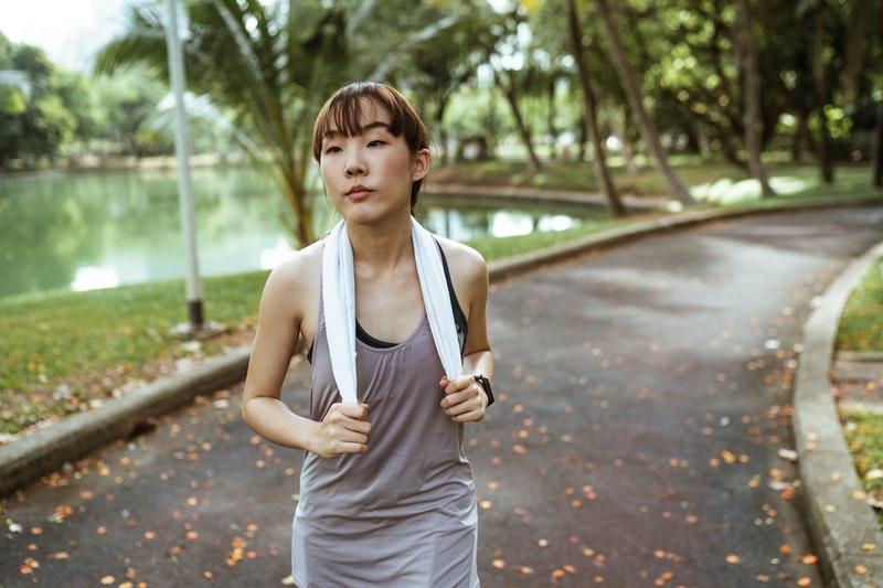 El dolor de cabeza al correr puede ser causado por no hidratarte