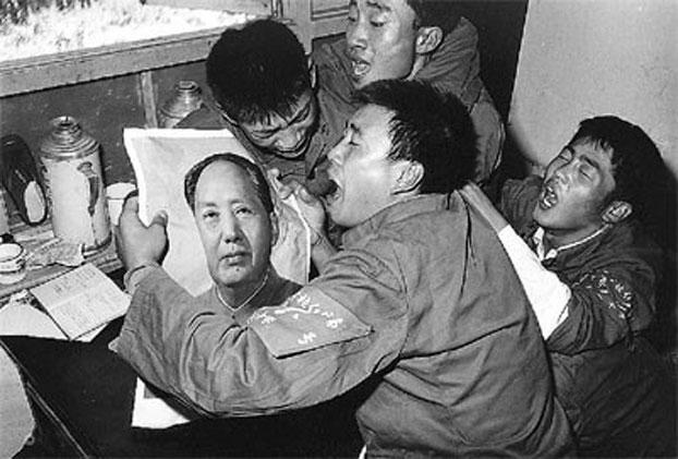 片:青年们手捧毛泽东像。(网络资料)