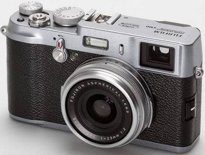 Fujifilm et son X100 a relancé l'intérêt pour des appareils photos compacts avec focale fixe, comme au début de la photographie de presse. Les autres constructeurs ont suivi, preuve de la montée en gamme des appareils photos suite à l'avènement des smartphones. © Fujifilm