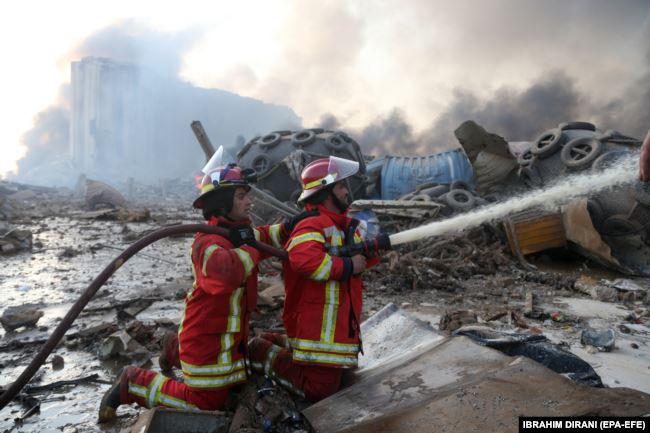 Кое-где в порту Бейрута еще тлеют оставшиеся очаги пожара, что мешает спасателям