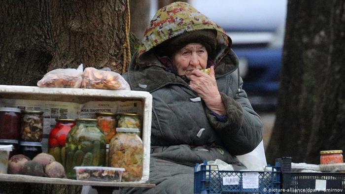 Пенсионерка на рынке в России