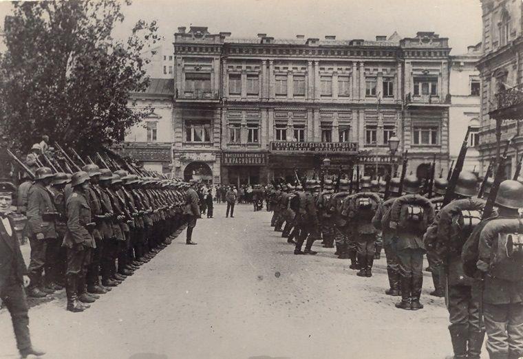 Зміна варти, що заступає на патрулювання міста на Думській площі м. Києва