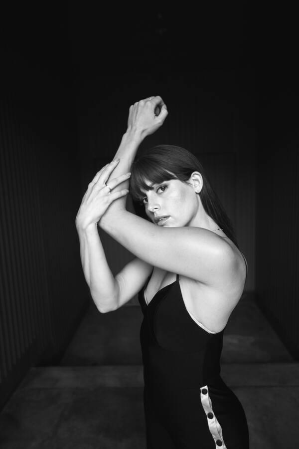 foto preta e branca de uma mulher usando um body preto