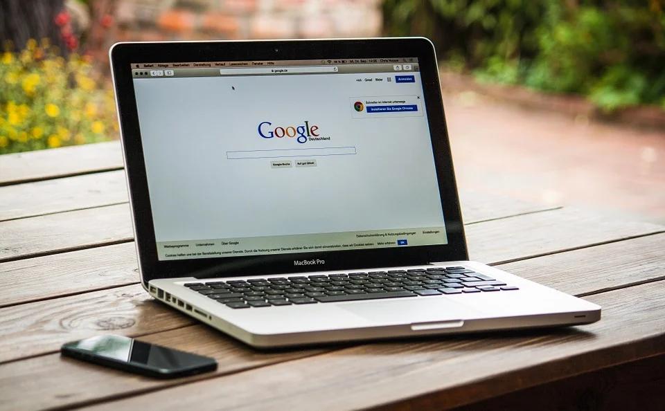 Laptop buiten met Google