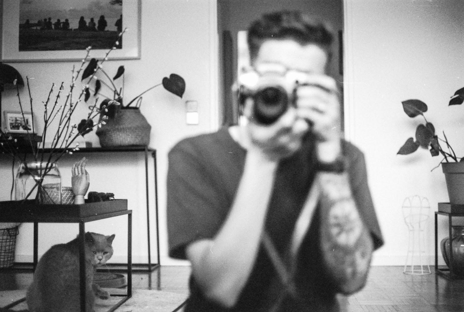 mirror selfie poses for men