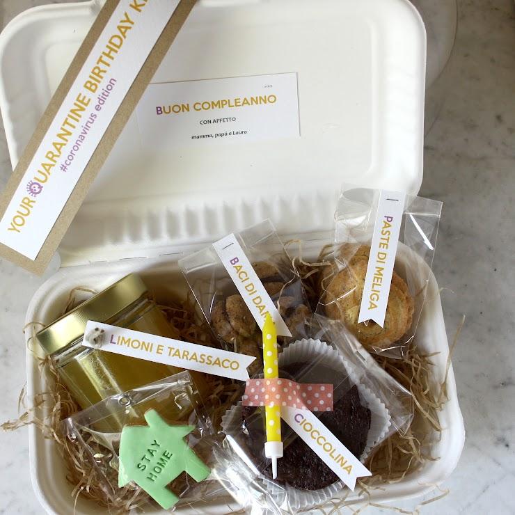 Il kit comprende: una tortina monoporzione con candelina, due assaggi di biscottini (secondo disponibilità), un frollino decorato a tema, un biscottino #stayhome É inoltre possibile aggiungere una dedica. .