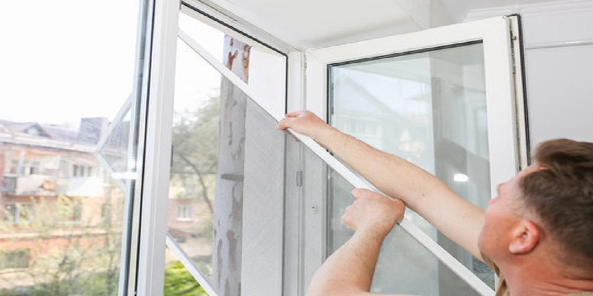 Homem ao lado de uma janela  Descrição gerada automaticamente com confiança média