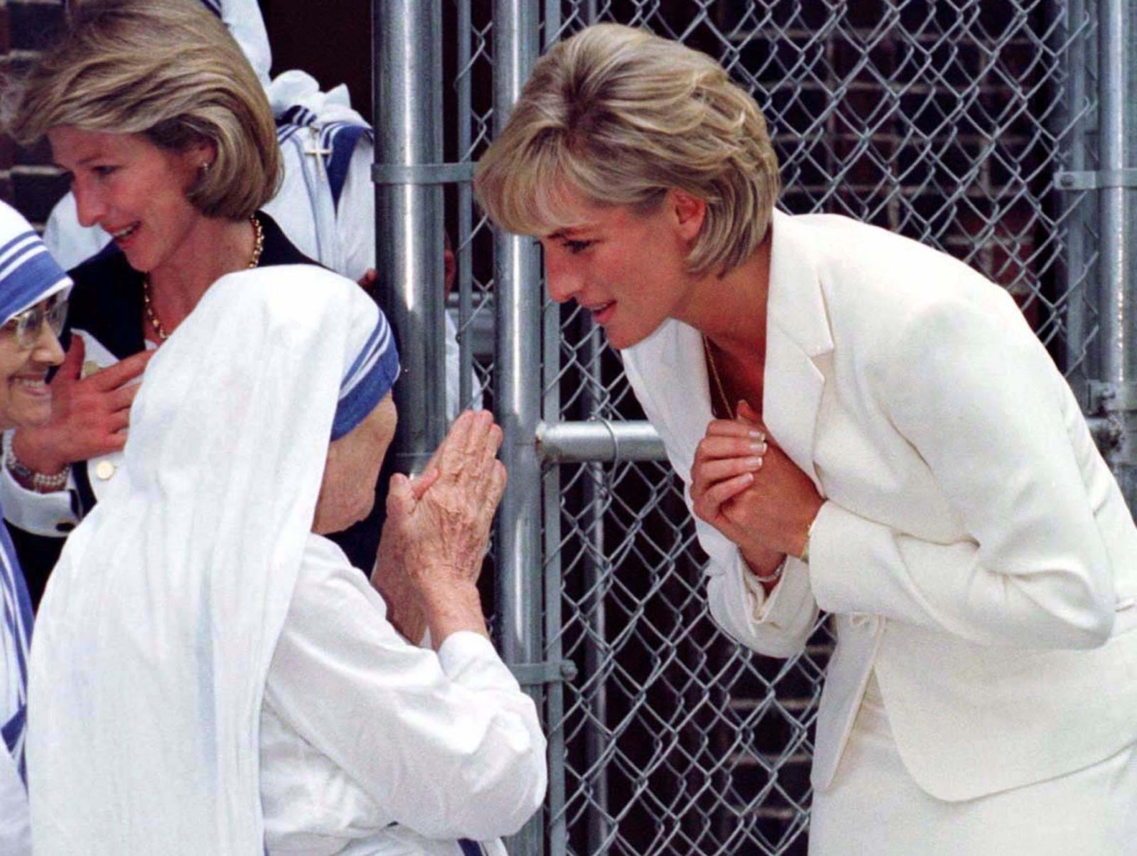 Princess of Wales bows to Mother Teresa in New York, 1997