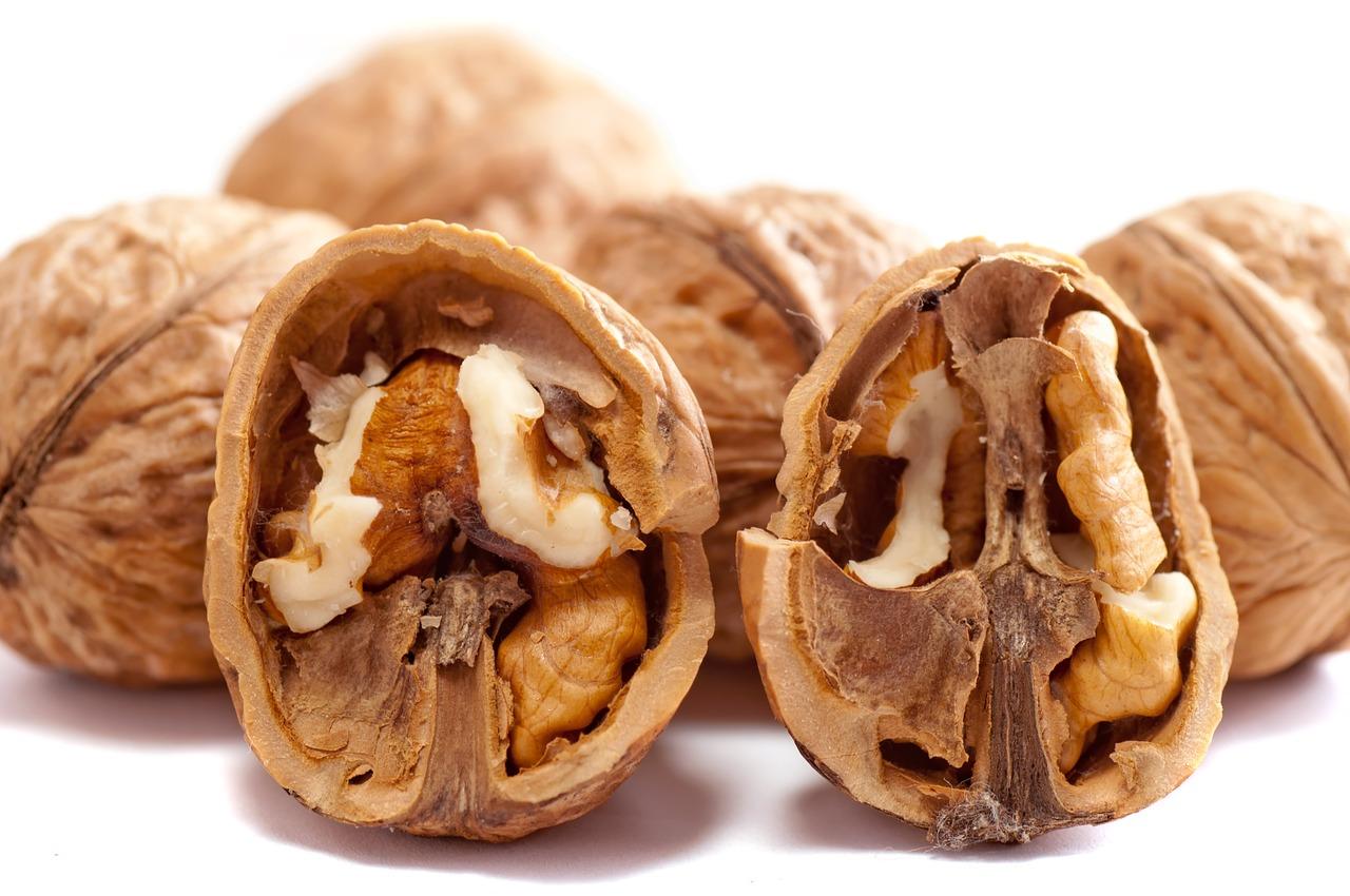 kreeka pähklid valgel taustal