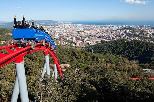 Vue impressionnante de Barcelone sur les montagnes russes du Tibidabo
