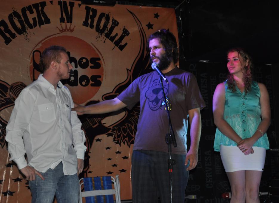 Iuri (Centro) inicia seu show de mágica, chamando o público ao palco.(Créditos: Guilherme Rachelle)