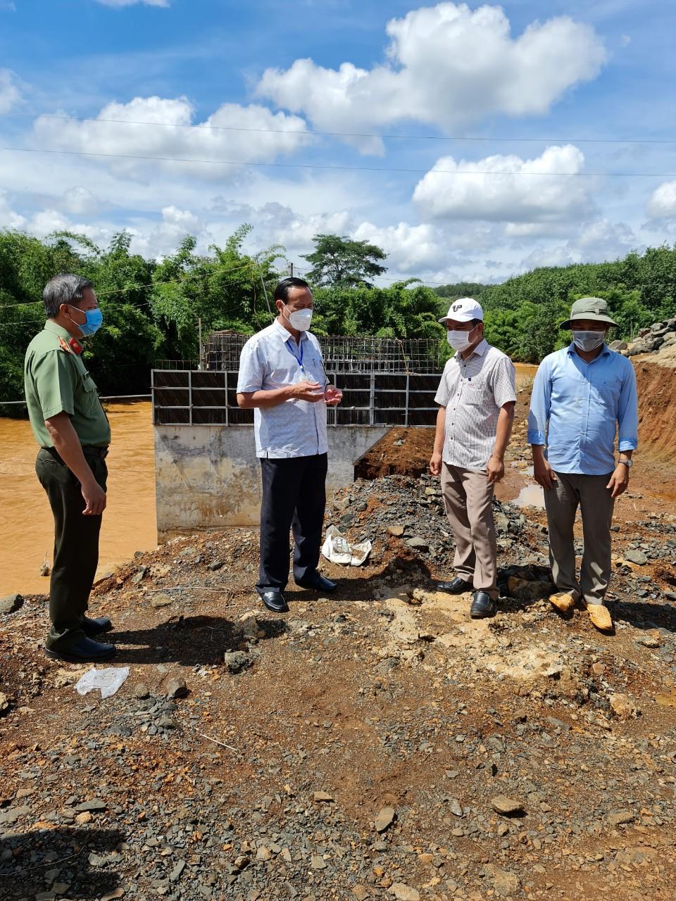 Chủ tịch UBND huyện Lê Quang Oanh đi kiểm tra tiến độ xây dựng các công trình xây dựng cơ bản của huyện.