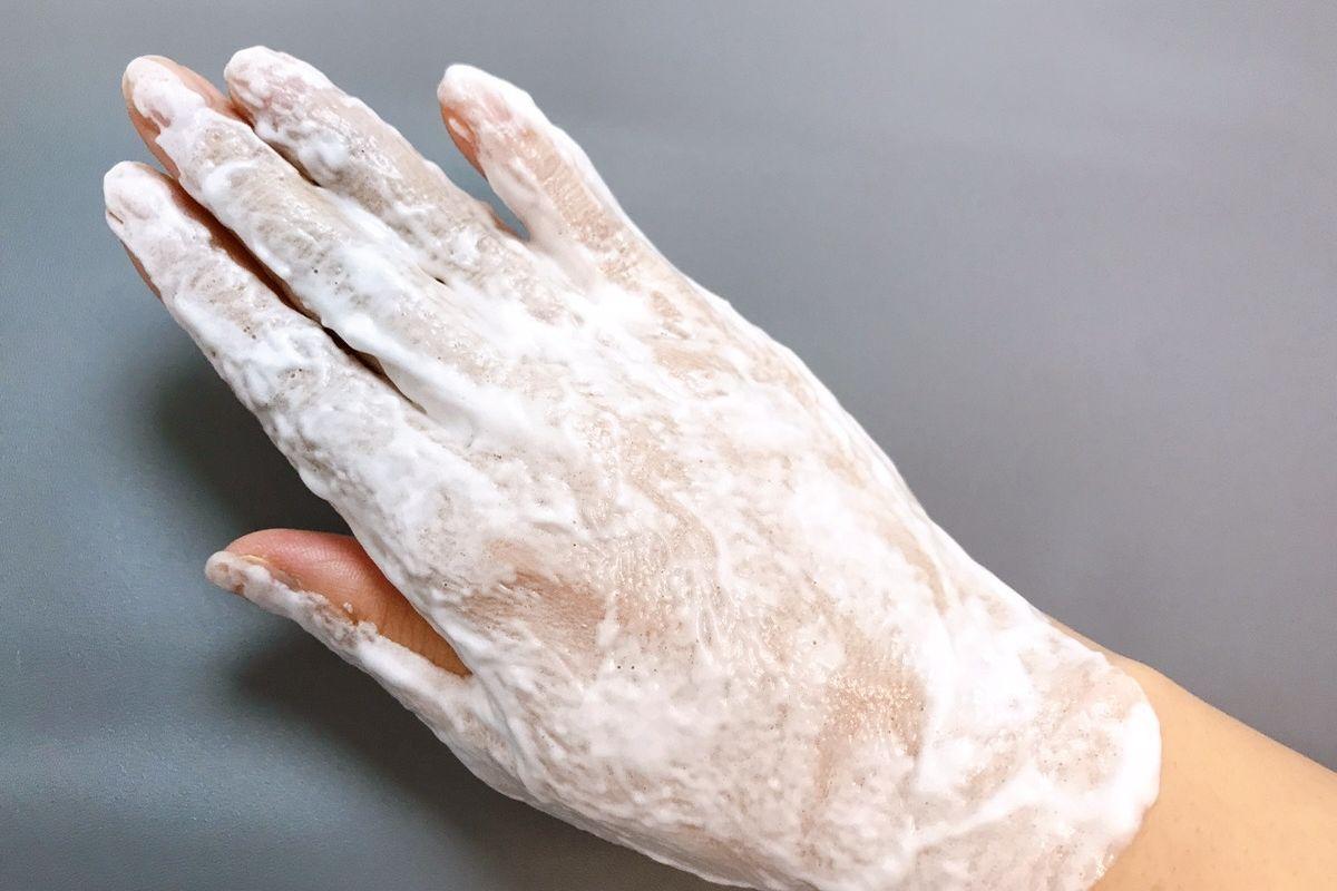 ハダフワをのせると、数分でパチパチっと音が出始め、透明なジェルが白く泡立ってきました。炭酸パック口コミ