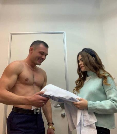 Сергей подошел к своему столику, и попросил их пересесть за свой, один из них попытался выплеснуть напиток на девушку, тем самым облив рубашку Сергея