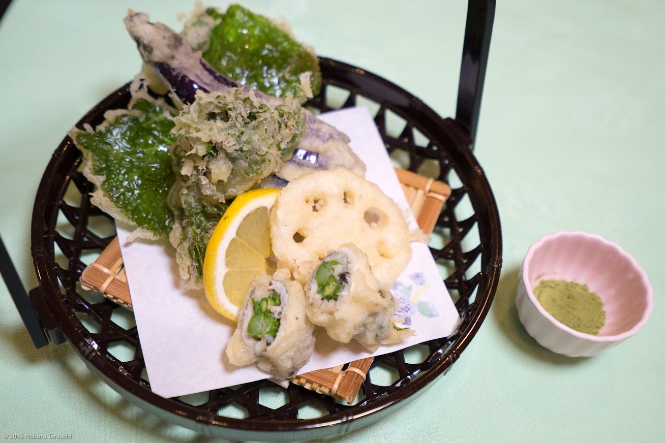 揚げ物:やちぶき、こごみ、蓮根、茄子、ちか(千魚)をアスパラで巻いたもの、抹茶塩