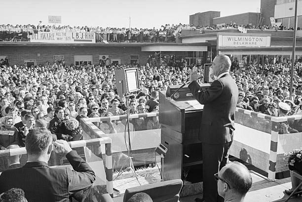 Cựu tổng thống Mỹ Lyndon Johnson dùng máy nhắc chữ năm 1964.