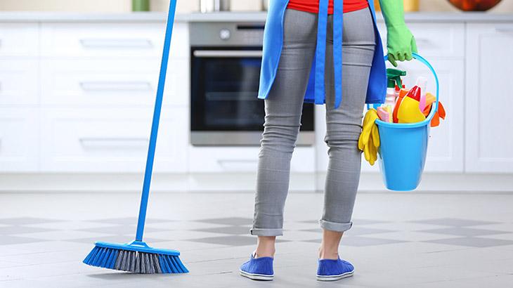 Nên dọn dẹp nhà cửa thường xuyên để loại bỏ bào tử nấm