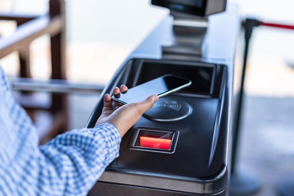 Metrô do Rio de Janeiro foi o primeiro do mundo a implantar pagamento por NFC sem precisar substituir as catracas. (Fonte: Shutterstock/THINK A/Reprodução)