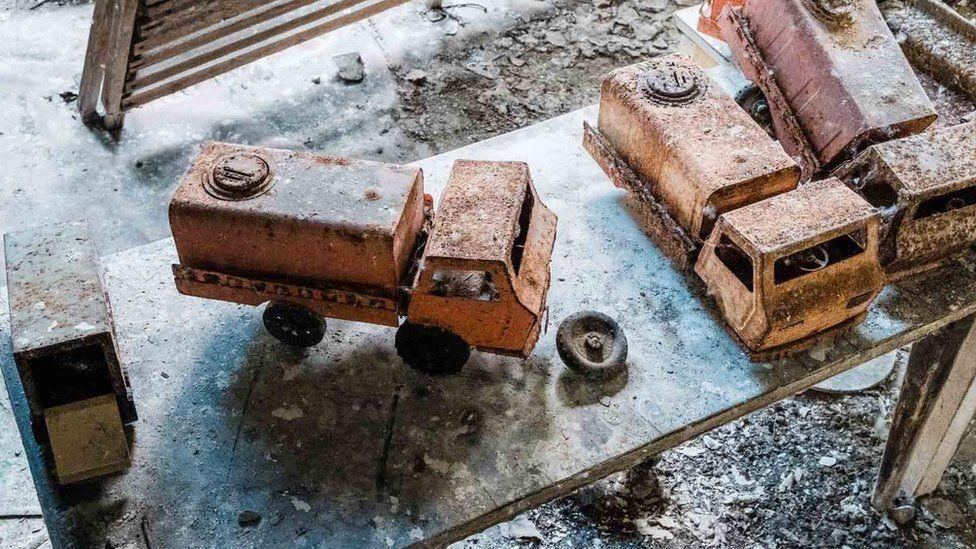 Игрушечные грузовики в заброшенном детском саду